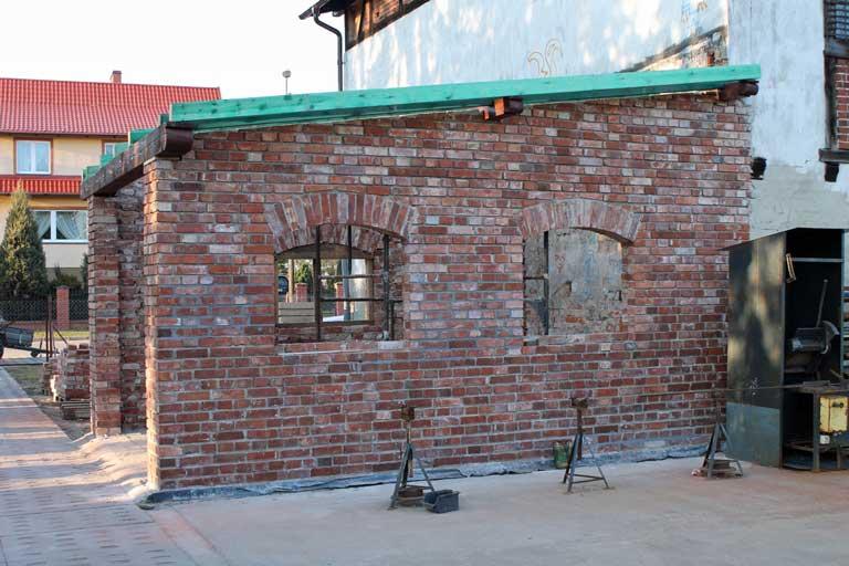 Neu gebaute Ziegelawende aus alten Ziegelsteinen