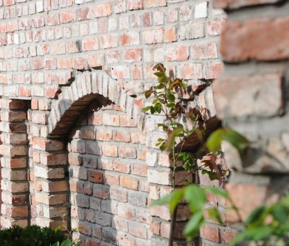 Gartenmauer aus alten Ziegelsteinen gebaut