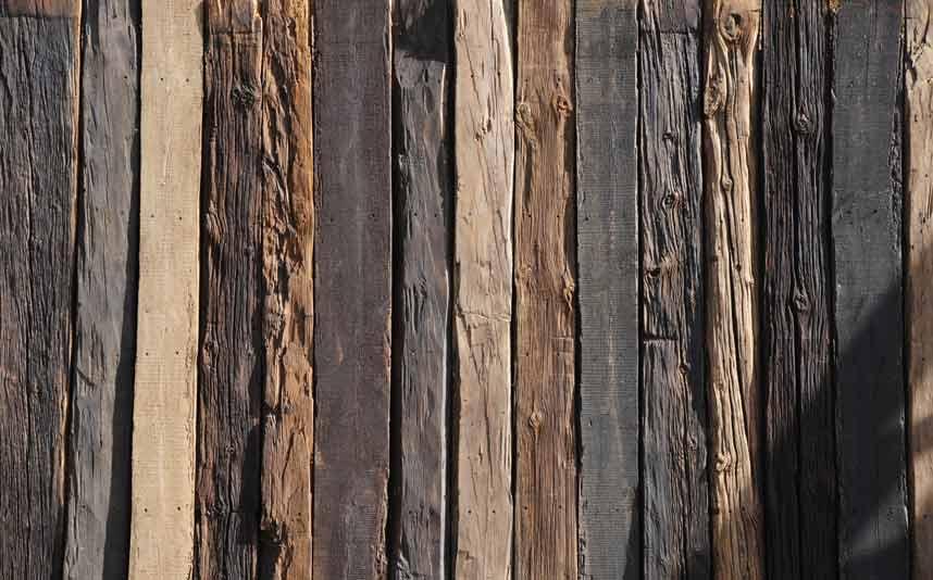 Antike Holzdielen auf Fassade