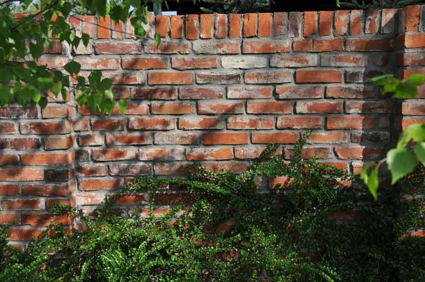 Gartenmauer aus historischen Ziegelsteinen